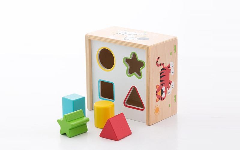 Play & Learn Ξύλινο Εκπαιδευτικό Κουτί με τρύπες σε 4 διαφορετικά σχήματα - Cb παιχνίδια   εκπαιδευτικά παιχνίδια